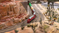 Miniatur Wunderland Hamburg - Zug fährt durch Grand Canyon (Chiller_46) Tags: festbrennweite prime offenblende nikon d7500 sigma art 40mm miniatur wunderland hamburg deutschland germany freihand