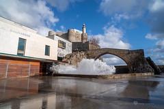 Castro Urdiales - Puente medieval, Castillo y Faro de Santa Ana (Juan Ig. Llana) Tags: castrourdiales cantabria españa puerto ola espuma agua reflejo nube puente faro castillo santaana