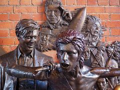 Bowie (Howie Mudge LRPS BPE1*) Tags: bowie davidbowie statue art bronze memorial england travel aylesbury documentary music icon legend olympus olympusem10mkii microfourthirds mft m43 olympusm1442mmf3556ez