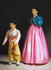 Mère et enfant en costumes traditionnels (musée des ATP de Séoul, Corée du sud)