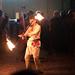Feuerkünstler zwirbelt Feuerstab