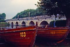 Stratford: Clofton Bridge (AntyDiluvian) Tags: england uk unitedkingdom vintage 1973 1970s stratford stratforduponavon river riveravon avonriver shakespeare bridge cloftonbridge boats rowboats