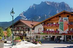 Lermoos, Ortsmitte (10) (Pixelteufel) Tags: lermoos österreich austria tirol tyrol alpen tourismus ortsmitte ortskern architektur fassade gebäude geschäft geschäftshaus laden einkaufen shop shopping felsen felswand felsgestein gebirge bergwelt