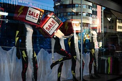 Lavage de cerveau / brainwashing (Hanriot-Colin) Tags: streetphotography consommation solde vitrine magasin sale consumer shopping