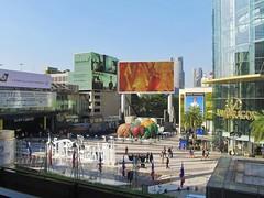 Rama I Road, Bangkok (Stewie1980) Tags: thailand bangkok pathumwan ramai road square siam center paragon shopping mall screens skyline view city urban กรุงเทพ ประเทศไทย