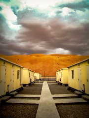 Perspective of an Abu Dhabi desert camp in a very unusual cloudy day (Bonsailara1) Tags: bonsailara1 uae abudhabi desert camp construcción construction campo campamento desierto dunes dunas arena cielo nubes clouds sky nwn