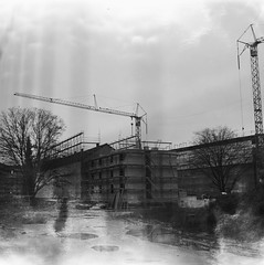 Strahlen, Baustelle / rays, construction site (n0core) Tags: analog analogfilm analogphotography analogue panchromatic bw düsseldorf nrw expired 120 120film rollfilm expiredfilm film filmfilmforever filmfabrik filmkorn grain korn lomography lomo np20 np orwo ostfilm orwopan orgnlwlfn orwonp20 pentacon praktisix iia urban rath goldenrath baustelle constructionsite