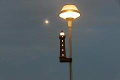 Moon And Street Lamp (ivlys) Tags: dänemark denmark blåvand strasenbeleuchtung streetlamp mond moon leuchtturm lighthouse himmel sky abend evening ivlys