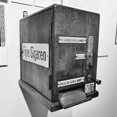 Haags Historisch Museum 2019 – Cigar vending machine (Michiel2005) Tags: museum haagshistorischmuseum sigaren sigaar sigaarmachine cigar vendingmachine holland nederland denhaag thehague sgravenhage netherlands