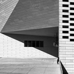 Pointed ((Virginie Le Carré)) Tags: triangle ombreetlumière lightandshadow méca bordeaux architecture urbain urban jeuxdombre femme woman nb bw mur wall fenetre window