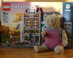 Ye olde Book Shoppe (captain_j03) Tags: toy spielzeug 365toyproject lego minifigure minifig modularhouse bookshop 10270 alex teddy teddybär bear