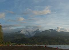 Une soirée à la plage (claudiemenoud) Tags: mer sea lagon lagoon tahiti polynésie pacifique pointevénus mahina paysage landscape jeux plage ciel