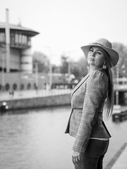 Naomi, Amsterdam 2019: Perky pose (mdiepraam) Tags: naomi amsterdam 2019 amsterdamcentraal portrait pretty attractive beautiful elegant classy gorgeous dutch blonde girl woman lady naturalglamour hat earrings blackandwhite ij harbour river water