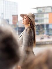 Naomi, Amsterdam 2019: Rising up (mdiepraam) Tags: naomi amsterdam 2019 amsterdamcentraal portrait pretty attractive beautiful elegant classy gorgeous dutch blonde girl woman lady naturalglamour hat earrings dof