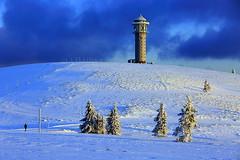 Winterinsel (ploh1) Tags: winter schnee schwarzwald feldberg turm feldbergturm weis himmel natur landschaft kalt eisig bäume mensch silhouette sonnenlicht blau schneebedeckt