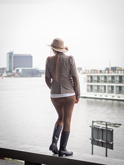 Naomi, Amsterdam 2019: On the waterfront (mdiepraam) Tags: naomi amsterdam 2019 amsterdamcentraal portrait pretty attractive beautiful elegant classy gorgeous dutch blonde girl woman lady naturalglamour hat boots ij boat river