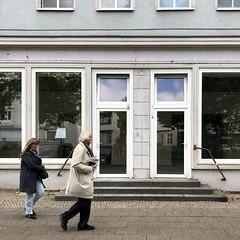 ... mal schnell noch ummen Block / Danziger Straße / Prenzlauer Berg (DANNY-MD) Tags: fusgänger schaufenster stufen berlin gehweg frau mann