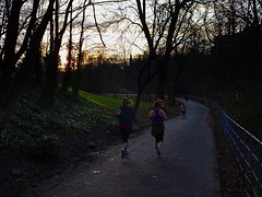Keep On Running (Bricheno) Tags: vest lycra glasgow bricheno schottland szkocja scotland scozia escocia escòcia écosse scoția 蘇格蘭 स्कॉटलैंड σκωτία runners athletes girls joggers leggings kelvingrove park kelvingrovepark