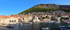 The Port and The Hill (H. P. Filho) Tags: dslr apsc canoneosrebelt5i canonefs1018mmf4556isstm digitalphotoprofessional imagecompositeeditor stitched autocompleted cropped panorama europe croatia dubrovnik oldtown oldport town port buildings walls boats hill srd srdhill towers antennas trees vegetation sky tp vtw bsl faved 2fav 50view 3fav