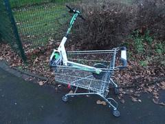 Rollator für E-Scooter (mkorsakov) Tags: dortmund nordstadt hafen gerümpel trash escooter einkaufswagen trolley