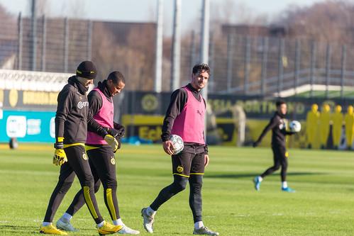 BVB Spieler Marwin Hitz, Manuel Akanji und Mats Hummels verlassen den Platz nach dem Training