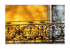 empty balcony in winter (Armin Fuchs) Tags: arminfuchs lavillelaplusdangereuse würzburg zellerau balcony yellow door reflection metal winter niftyfifty shadows