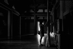 memories (318)A365 (soyokazeojisan) Tags: japan kobe city temple people bw blackandwhite monochrome light analog olympus m1 om1 28mm film trix d76 kodak memories 1970s