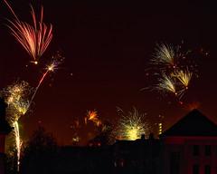 Feuerwerk über den Dächern (Naturportal) Tags: panasonic dmcgx8 olympus m12100mm f40 dresden feuerwerk dächer stadt abends nacht