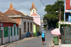 Rue de Picos ile de Santiago Cap vert _3903 (ichauvel) Tags: picos villagedepicos assomada iledesantiago capvert caboverde afrique africa voyage travel exterieur outside rue street photoderue streetphotography gens people vielocale locallife maisonscolorées colorfulhouses