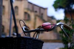 En rêvant Ravenne #6 - San Vitale (Paolo Pizzimenti) Tags: rêve ravenne sanvitale vélo sonnette corbeille flou bokeh femme vendeuse bricàbrac chapeaux paolo fujifilm xpro3 xf35mmr f14 film pellicule argentique marché puces doisneau