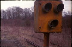 Signal ferroviaire (Gauthier V.) Tags: c200 fricheindustrielle voieferrée signal rouille jaune abandon aiseaupresles hainaut belgium