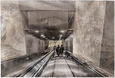 iM bAUCH dER sTADT (Dieter Gora) Tags: hamburg underground untergrund ubahn u hafenstadt gefesselt gebunden bauch stomach gefangen chain city street streetphotography strasenfotografie chained subway subwaystation