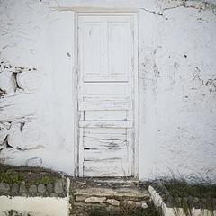 Urban decay en blanco (inma F) Tags: sanjuandelarambla tenerife rural ueblo rustico urbandecay casa muro puerta blanco decadente entrada fachada white door wall house town rustic pintura facade