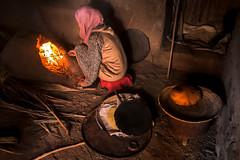 تحضير الخبز التقليدي في إحدى قرى المغرب الصحراوية (cracrunch) Tags: elmahroug morocco maroc bread cooking traditional desert المغرب