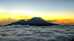 The mountain, the cloud, the moon and the star in a sunrise. Good morning! (thingsihaveseen) Tags: batur huaweiphotography huaweip30pro bali gunungabang hiking indonesia smartphonephotography