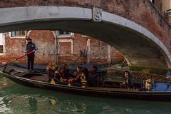 A chacun son attention... (Stéphane Désiré) Tags: venezia venise regard canal gondole gens personne gondolier femme homme couleur eau pont 28mm