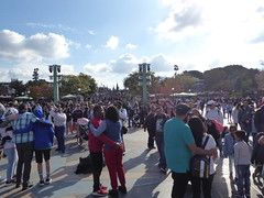 Crowd in front of castle (c_nilsen) Tags: disneyland anaheim orangecounty themepark digital digitalphoto california toontown