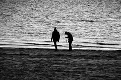 Silhouettes (RadarO´Reilly) Tags: wyk föhr nordsee northsea insel island strand beach meer sea ocean küste coast sw bw schwarzweis blackwhite blanconegro monochrome noiretblanc zwartwit