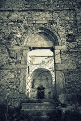 rovine (fotomie2009) Tags: chiesa medioevale del santo spirito safari fotografico conmeg 2020 01 gennaio zinola savona liguria ponente ligure medioevo medieval middleages medievale monochrome monocromo ruins rovine degrado abandon abbandono portale portal portail stoned building church fence gotico gothic architecture architettura low angle
