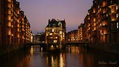 Das kleine Wasserschlößchen in Hamburg (sabine1955) Tags: hamburg wasserschloss watercastle stadt cty fleet wasser speicherstadt