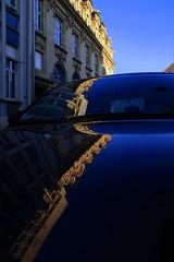 Miroitement automobile... (Tonton Gilles) Tags: alençon normandie bâtiment la poste centrale rue du jeudi place palais reflet carrosserie voiture bleu jaune miroir paysage urbain
