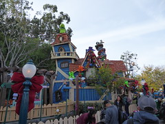 Wacky blue house (c_nilsen) Tags: disneyland anaheim orangecounty themepark digital digitalphoto california toontown