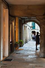 Na rúa Nova te espero (moligardf) Tags: piedra arquitectura arcos santiago paisaje urbano cascohistórico turismo comercio