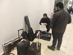 Acomodando cosas entre maletas y esperando a que nos digas si podemos ir en el vuelo que compramos ya que está sobre vendido 😑. Ivan y Aarón si pudieron documentar e irse. (Aleckdzz) Tags: giras aeropuerto commafuck