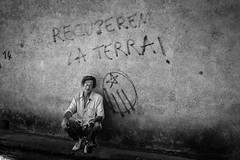 "[portrait] ""RECUPEREM LA TERRA !"" - Guy Yoyotte-Husson, Fillols, août 2006 (ValK.) Tags: guyyoyottehusson photographe politique valk graff graffiti portrait slogan streetart tag"