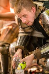 Junger Ritter ruht sich aus nach einem Turnierkampf