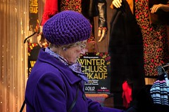 Purple Winter Sales (picsessionphotoarts) Tags: sonyphotography sonyalpha sony sonyalpha6500 ilce6500 streetportrait downtown streetphotography moments urbanromantix streetphotomag streetphotoawards streetphotographers thestreetphotographyhub streetpeople frau woman lila purple fe85mmf18 festbrennweite primelens wintersales winterschlussverkauf