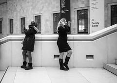 dos à dos (Jack_from_Paris) Tags: q1000143bw leica q2 19050 dng mode lightroom capture nx2 rangefinder télémétrique hybride blackandwhite monochrome bw noiretblanc noir et blanc monochrom wide angle summilux 28mm street femmes women london londres british museum candid photographe sujet escaliers stairs uk