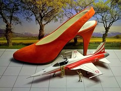 Red stiletto shoe + F5E Tiger II (cosmosminimus, dioramas 1:87 (H0)) Tags: stiletto heelstraps size37 45 65 swisspatrol zapato tacóntalla 37patrulla suizastöckelschuhfersenriemengrösse 37patrouille swissjetf5etiger172h0