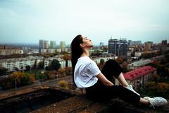 Девушка в белой футболке и черной куртке на крыше одного из домов Уфы (AbdrakhmanovPro) Tags: girl roof white tshirt wind high city hair portrait ufa abdrakhmano lenar